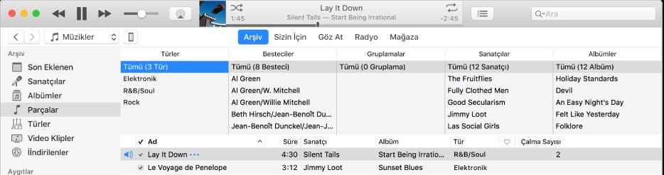 iTunes ana penceresi: Kenar çubuğunun sağında ve parça listesinin üstünde sütun tarayıcı vardır.