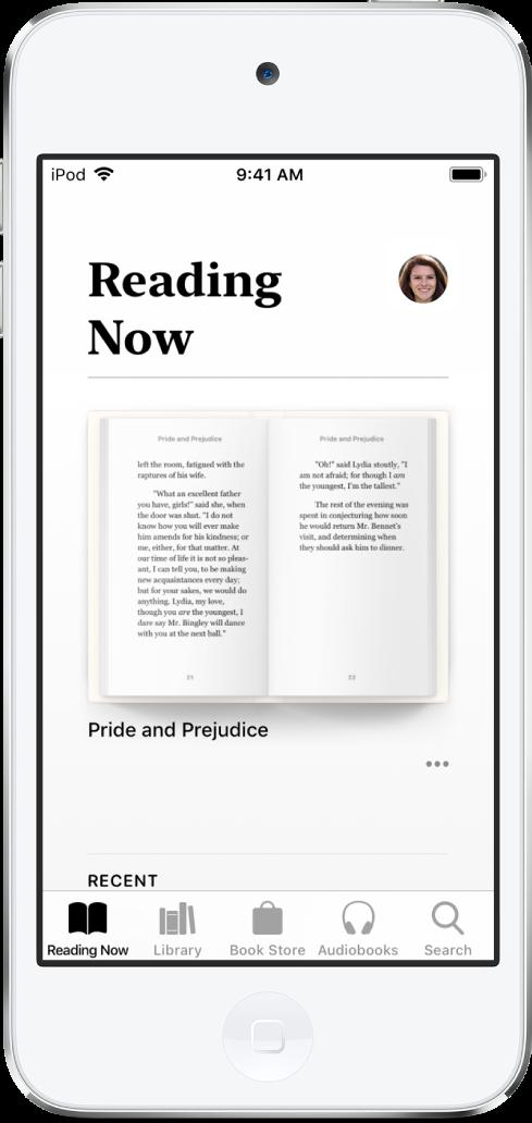 읽고 있는 책 화면이 표시되어 있는 도서 앱. 하단 왼쪽부터 오른쪽으로 읽고 있는 책, 보관함, 북스토어, 오디오북 및 검색 탭이 있음.