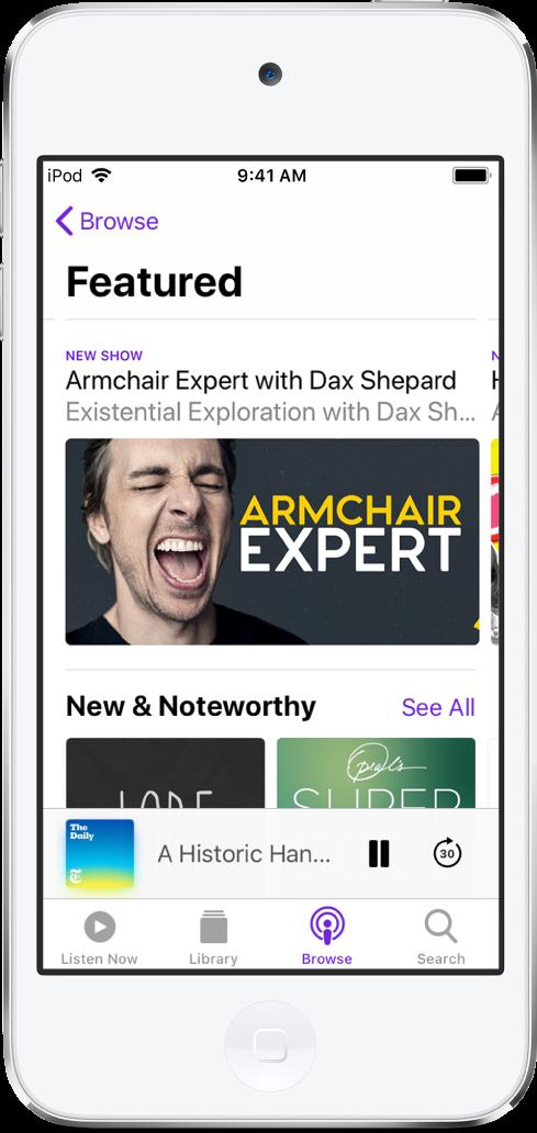 추천 팟캐스트를 표시하는 팟캐스트 앱의 둘러보기 화면. 화면 하단의 왼쪽에서 오른쪽으로 지금 듣기, 보관함, 둘러보기 및 검색 버튼.