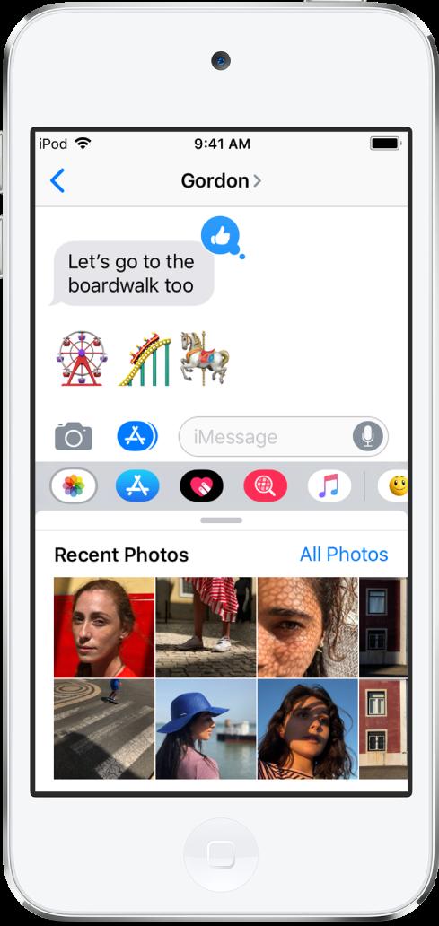 하단에 iMessage 사진 앱이 표시된 메시지 앱 대화. iMessage 사진 앱이 왼쪽 상단에서부터 최근 사진 및 모든 사진으로 연결되는 링크를 표시함. 그 아래에는 왼쪽으로 쓸어 넘겨서 볼 수 있는 최근 사진이 있음.
