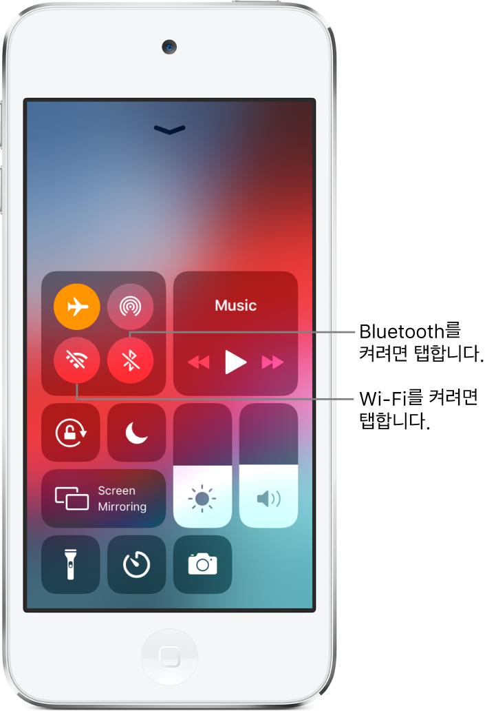 왼쪽 상단의 제어기 그룹에서 왼쪽 하단의 버튼을 탭하면 Wi-Fi가 켜지고 오른쪽 하단의 버튼을 탭하면 Bluetooth가 켜짐을 설명하는 콜아웃이 있는 에어플레인 모드가 켜진 제어 센터.