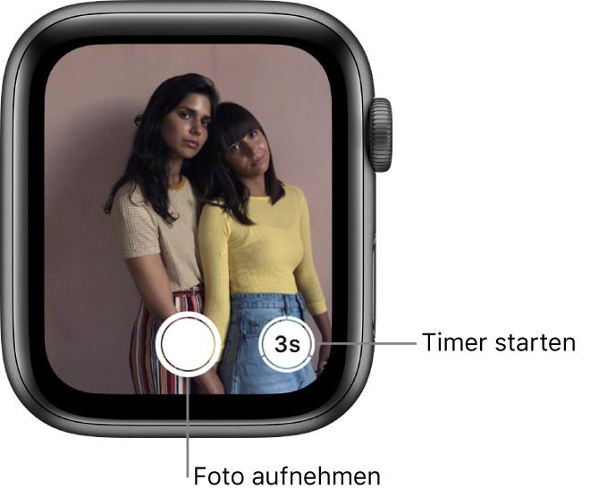 """Die AppleWatch wird als Kamerafernbedienung verwendet. Auf dem Display ist das Kamerabild des iPhone zu sehen. Die Taste """"Bild aufnehmen"""" befindet sich unten in der Mitte und die Taste """"Foto mit Verzögerung aufnehmen"""" rechts davon. Wenn du ein Foto aufgenommen hast, befindet sich unten links die Taste zum Anzeigen des Fotos."""