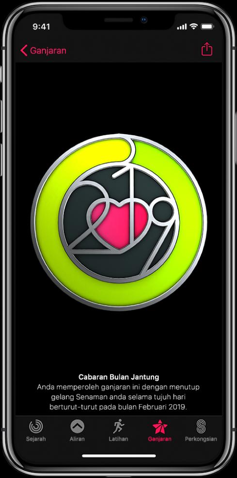 Tab Ganjaran daripada skrin app Aktiviti pada iPhone, menunjukkan ganjaran pencapaian di bahagian tengah skrin. Anda boleh seret untuk putarkan ganjaran. Butang Kongsi berada di bahagian atas kanan.