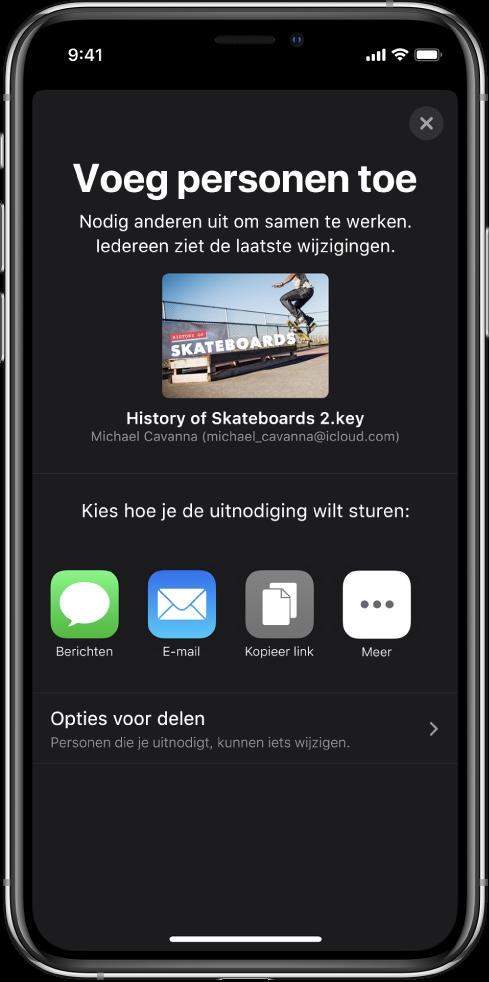 Het scherm 'Voeg personen toe' met daarin een afbeelding van de presentatie die wordt gedeeld. Eronder staan knoppen voor de manieren waarop de uitnodiging kan worden verstuurd, waaronder Berichten, Mail en 'Kopieer koppeling'. Onder in het scherm staat de knop 'Opties voor delen'.
