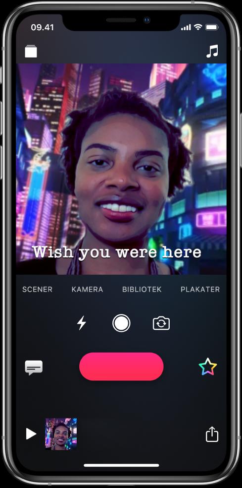 Et selfiescene i fremviseren med en Live tekstning nederst.