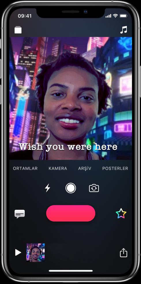 Görüntüleyicide bir Selfie Ortamı; en altta bir Canlı Başlık var.