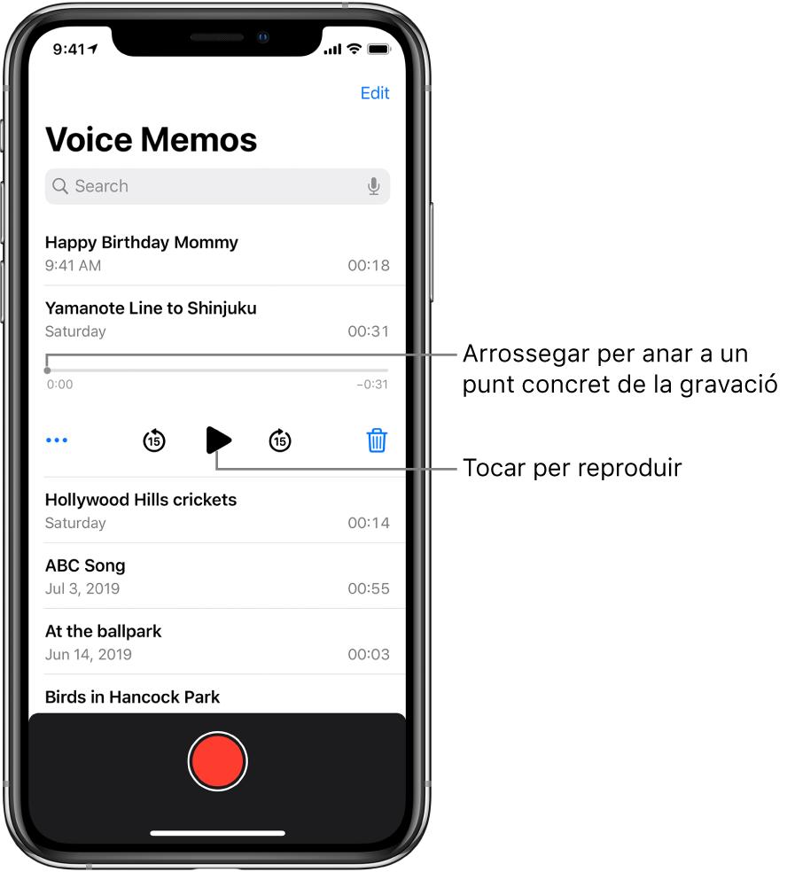 Pantalla de la llista de l'app Notes de Veu amb una gravació seleccionada a la part superior. La línia de temps de la gravació té un cursor de reproducció i els temps d'inici i final als dos extrems. A sota de la línia de temps hi ha el botó Més, que pots tocar per editar, duplicar o compartir una gravació; el botó per retrocedir 15 segons; el botó per reproduir; el botó per avançar ràpidament 15 segons, i el botó per eliminar. A sota d'aquests controls hi ha una llista de gravacions que es poden obrir tocant-les.
