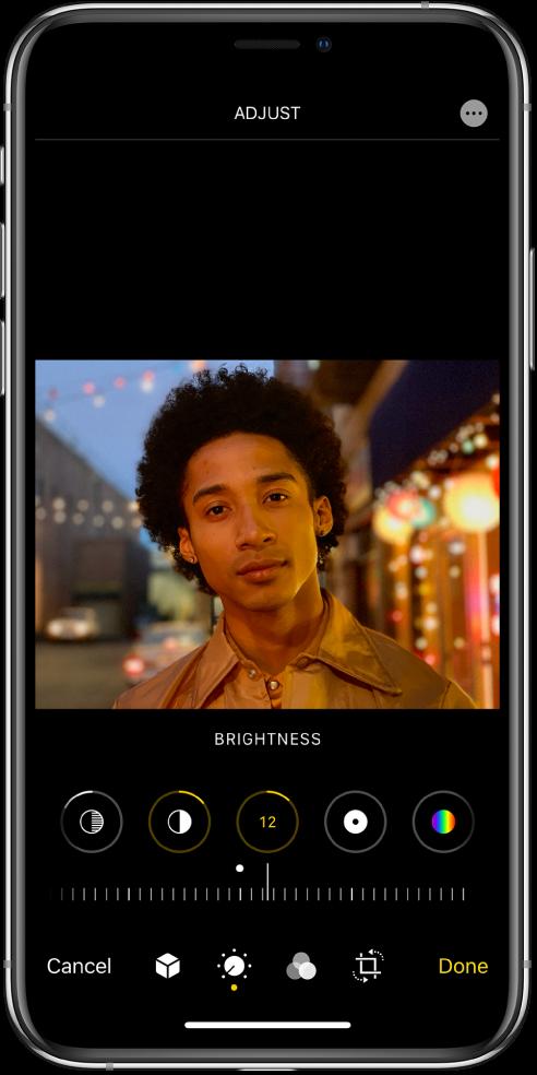 Екран Edit са фотографијом на средини. Испод фотографије су дугмад за уређивање Highlights, Shadows, Brightness, Blackpoint и Saturation. Изабрана је опција Brightness. Испод дугмади за уређивање налази се клизач за прилагођавање нивоа опције Brightness. Испод клизача, слева надесно, налазе се дугмад Cancel, Portrait, Edit, Filters, Crop и Done. Дугме More Options се налази у горњем десном углу.