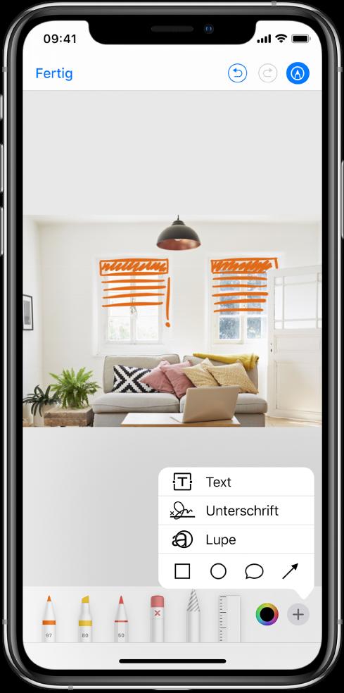 Ein Foto ist mit orangefarbenen Linien markiert, die Jalousien vor den Fenstern darstellen sollen. Die Zeichenwerkzeuge und die Farbauswahl werden am unteren Bildschirmrand angezeigt. In der Ecke unten rechts erscheint ein Menü mit Optionen zum Hinzufügen von Text, für Unterschriften, für die Lupe und für Formen.