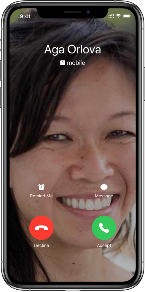 The incoming call screen. There are two rows of button near the bottom. In the first row, from left to right, are the Remind Me and Message buttons. In the second row, from left to right, are the Decline and Accept buttons.