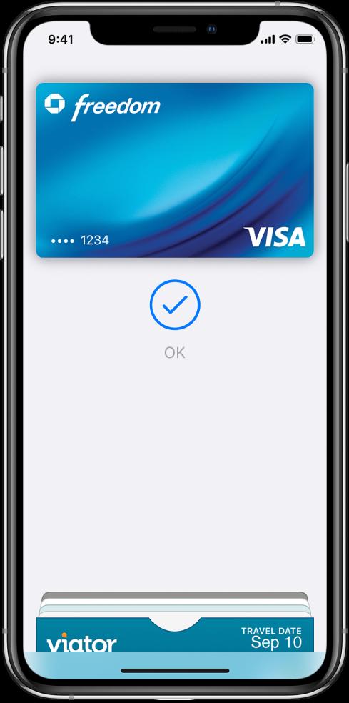 Una tarjeta de crédito en la pantalla Wallet. Debajo de la tarjeta, aparece una marca de verificación y la palabra OK.