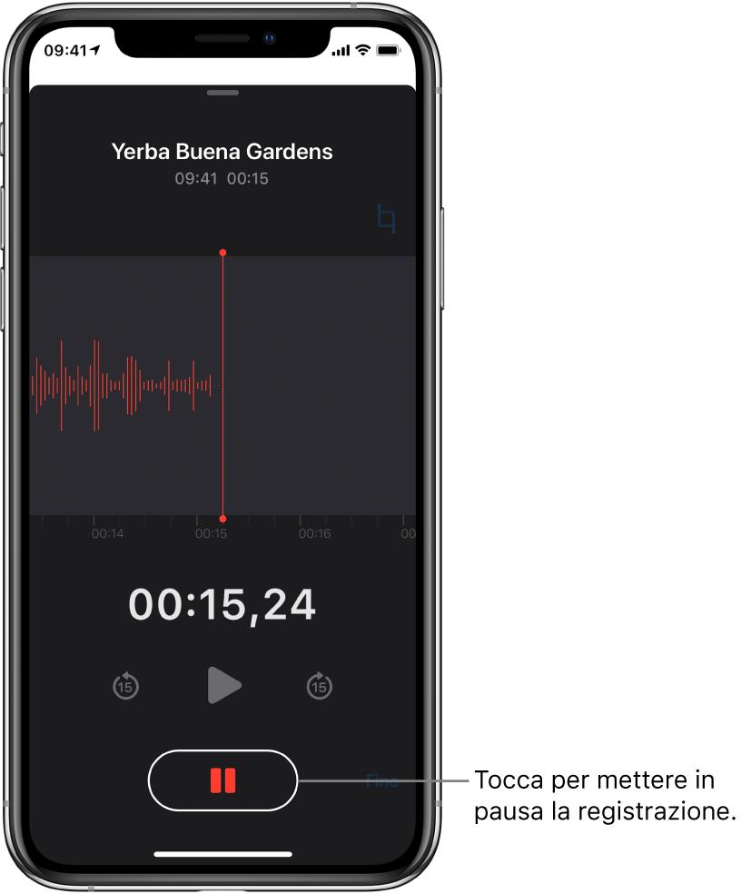 La schermata di Memo Vocali mostra una registrazione in corso, con un pulsante Pausa attivo e i controlli per riprodurre, andare avanti di 15 secondi e andare indietro di 15 secondi oscurati. La parte principale dello schermo mostra la forma d'onda della registrazione in corso, nonché un indicatore del tempo.