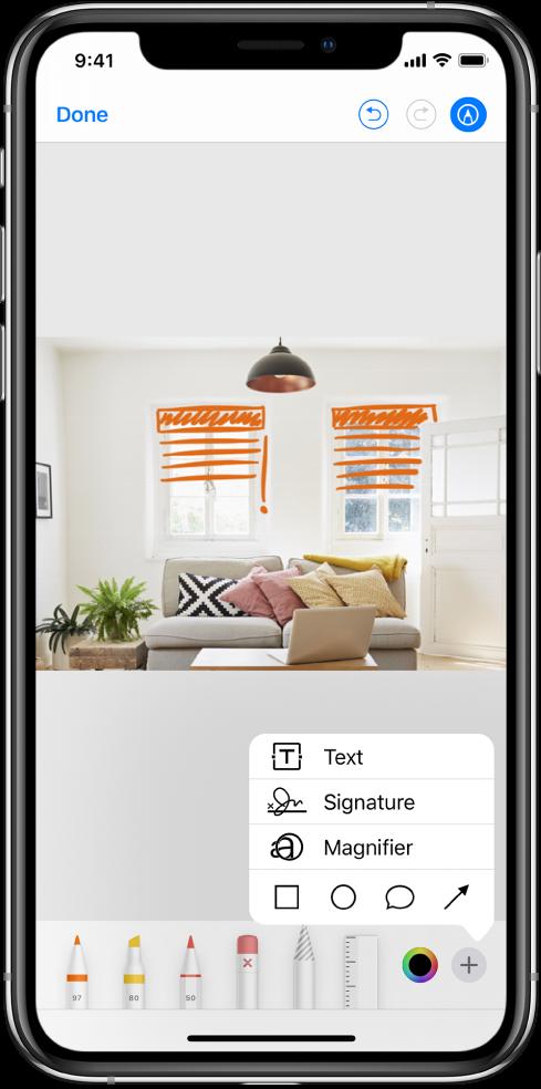 Nuotrauka, pažymėta oranžinėmis linijomis, vaizduojančiomis langų žaliuzes. Piešimo įrankiai ir spalvų parinkiklis rodomi apatinėje ekrano dalyje. Apatiniame dešiniajame kampe pasirodo meniu, kuriame pateikiamos parinktys įtraukti tekstą, parašą, didinamąjį stiklą ir formas.