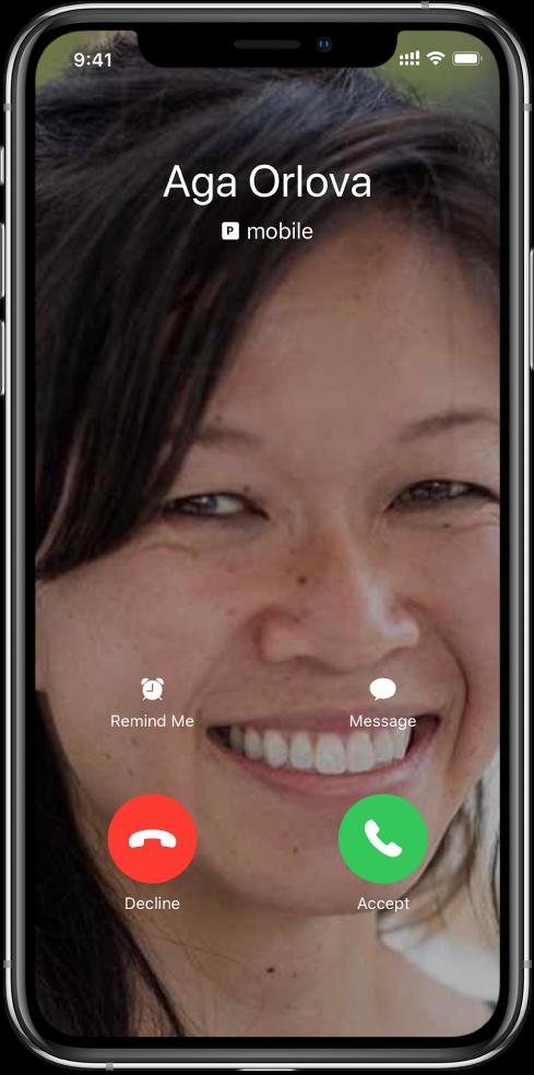 """Gaunamo skambučio ekranas. Apačioje pateiktos dvi mygtukų eilės. Pirmojoje eilėje (iš kairės į dešinę) pateikiami mygtukai """"Remind Me"""" ir """"Message"""". Antrojoje eilėje (iš kairės į dešinę) pateikiami mygtukai """"Decline"""" ir """"Accept""""."""