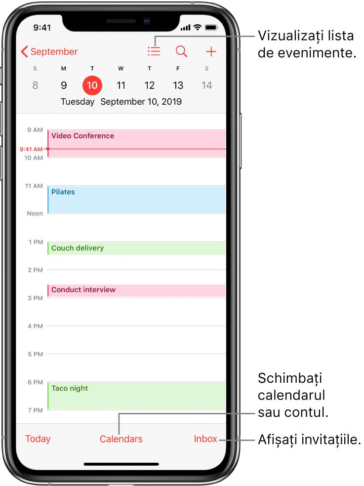 Un calendar în vizualizarea zilei, afișând evenimentele zilei. Apăsați butonul Calendare din partea de jos a ecranului pentru a schimba contul de calendar. Apăsați butonul Primite din dreapta jos pentru a vedea invitațiile.