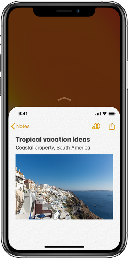 Ecran iPhone cu opțiunea Accesare ușoară activată. Partea de sus a ecranului a fost deplasată în jos, aducând o notiță din aplicația Notițe la îndemână, unde poate fi apăsată ușor cu degetul mare.