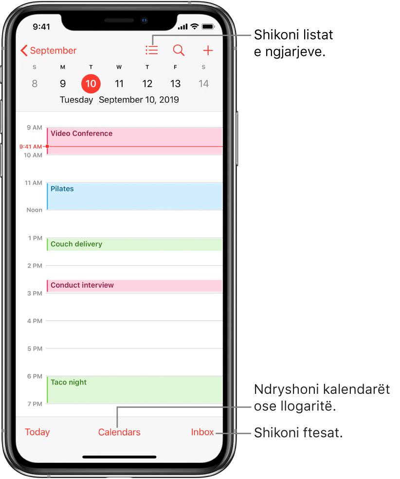 Një kalendar në pamjen e ditës që tregon ngjarjet e ditës. Prekni butonin Calendars në fund të ekranit për të ndryshuar llogaritë e kalendarit. Prekni butonin Inbox poshtë në fund për të parë ftesat.