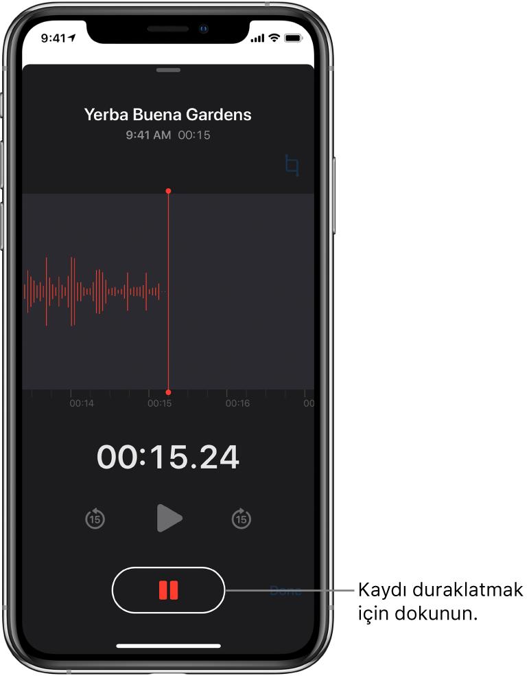 Sesli Notlar ekranında sürmekte olan bir kayıt işlemi, seçilebilir bir Duraklat düğmesi ve çalma, 15 saniye ileri atlama ve 15 saniye geri atlama için soluk denetimler gösteriliyor. Ekranın ana bölümü, bir süre göstergesiyle birlikte sürmekte olan kaydın dalga biçimini gösteriyor.