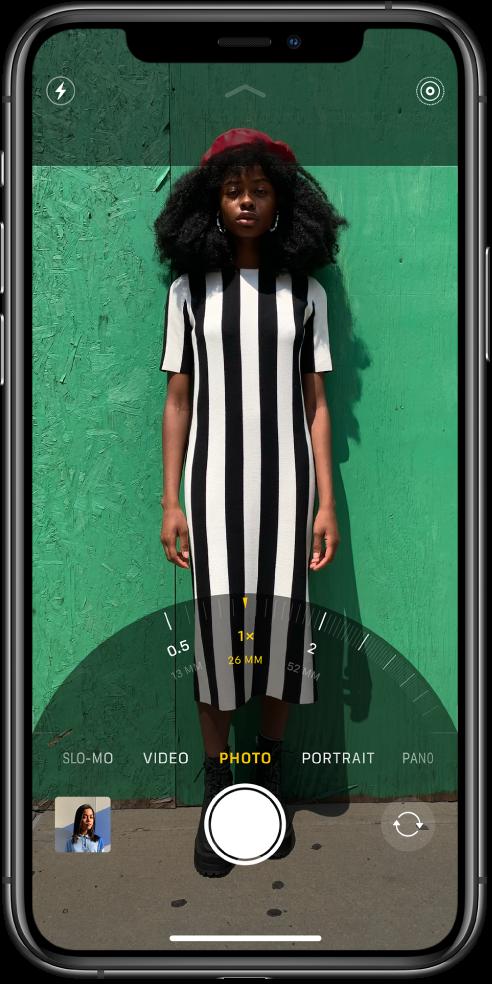 Pantalla de l'app Càmera en el mode Foto amb el regulador del zoom a la part inferior de la pantalla.