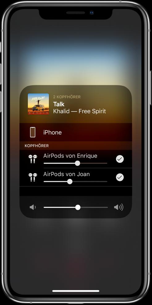 Der Bildschirm zeigt zwei Paare von AirPods, die mit einem iPhone verbunden sind.