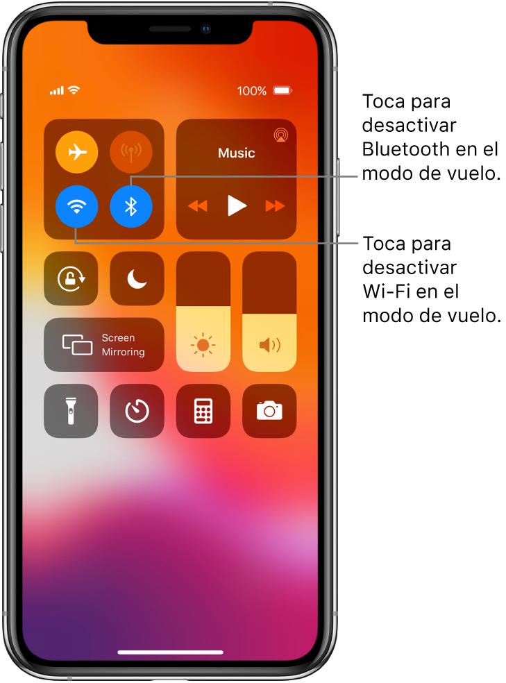 Centro de control con el modo avión activado y textos explicando que al tocar el botón de la parte inferior izquierda del grupo de controles de la parte superior izquierda desactiva el Wi-Fi; y que al tocar el botón inferior derecho del grupo desactiva el Bluetooth.