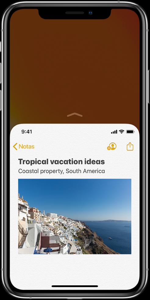 """Pantalla del iPhone con """"Fácil alcance"""" activado. La parte superior de la pantalla se ha desplazado hacia abajo, de modo que una nota de la app Notas está ahora al alcance de tu pulgar."""