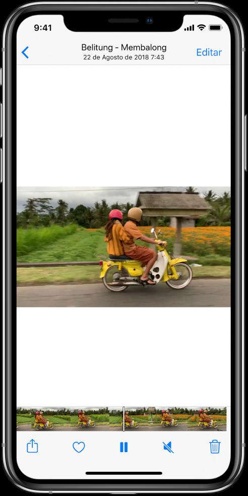 """Reproductor de vídeo en el centro de la pantalla. En la parte inferior de la pantalla, un visor de fotogramas muestra los fotogramas de izquierda a derecha. Debajo del visor de fotogramas, de izquierda a derecha, se encuentran los botones Compartir, Favoritos, """"Poner en pausa"""", Silenciar y Eliminar."""