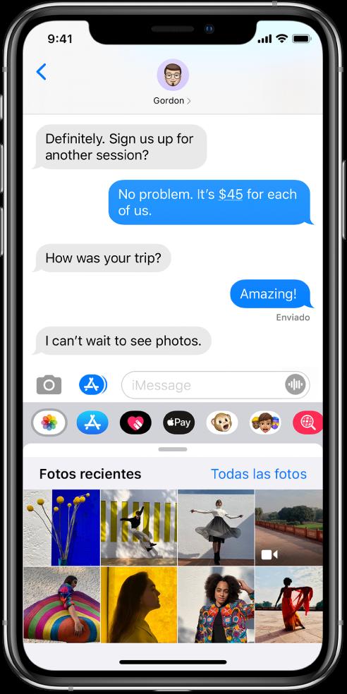"""Conversación de Mensajes con la app Fotos de iMessage debajo. La app Fotos de iMessage muestra, desde la parte superior izquierda, los enlaces a """"Fotos recientes"""" y """"Todas las fotos"""". Debajo hay fotos recientes, que pueden visualizarse deslizando hacia la izquierda."""