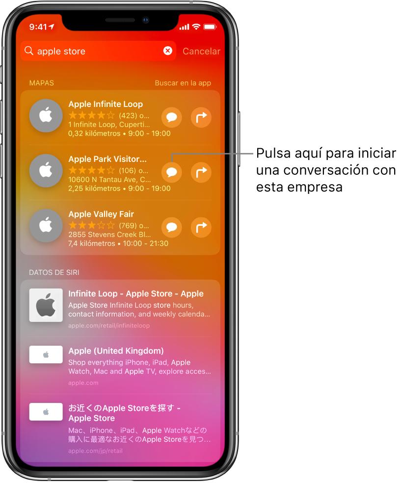 """Pantalla de búsqueda con los resultados encontrados para AppleStore en AppStore, Mapas y """"Sitios web"""". Cada ítem muestra una breve descripción, calificación o dirección, y cada sitio web muestra una dirección URL. El primer ítem muestra un botón para iniciar un chat para clientes con AppleStore."""