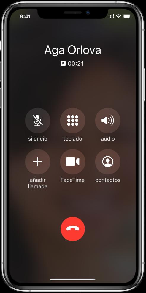 Pantalla Teléfono con los botones correspondientes a las opciones que aparecen durante una llamada. En la fila superior, de izquierda a derecha, se encuentran los botones de silenciamiento, teclado y altavoz. En la fila inferior, de izquierda a derecha, se encuentran los botones para añadir llamada, de FaceTime y de contactos.