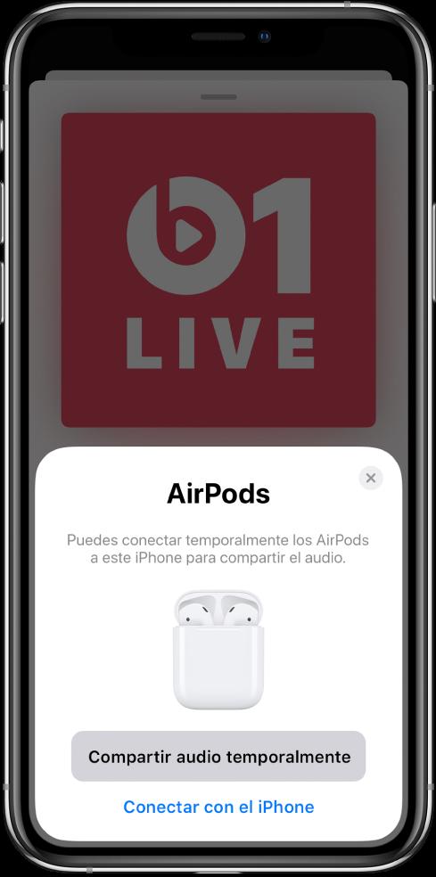 Pantalla de iPhone con una imagen de unos AirPods en un estuche de carga abierto. Cerca de la parte inferior de la pantalla, hay un botón para compartir el audio temporalmente.