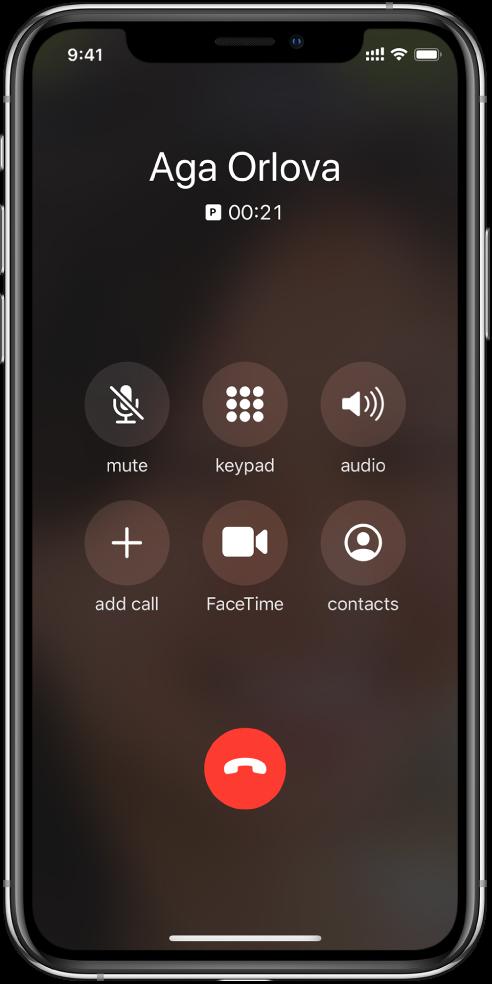 iPhonen näyttö, jossa näkyvät puhelun aikana mahdollisten valintojen painikkeet. Ylärivillä vasemmalta oikealle ovat mykistys-, näppäimistö- ja kaiutinpainikkeet. Ylärivillä vasemmalta oikealle ovat Lisää puhelu-, FaceTime- ja Yhteystiedot-painikkeet.