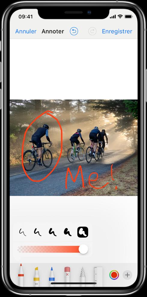 Une photo dans l'écran d'annotation. La photo se situe au centre de l'écran. Sous la photo se trouvent les outils d'annotation suivants: un stylo, un marqueur, un crayon, une gomme, un lasso, un sélecteur de couleurs et le bouton «Plus d'options». Le bouton Annuler est en haut à gauche de l'écran, tandis que le bouton Enregistrer est en haut à droite.
