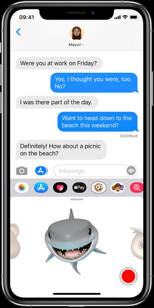 Une conversation Messages avec un Animoji sélectionné et prêt à être enregistré avant l'envoi.