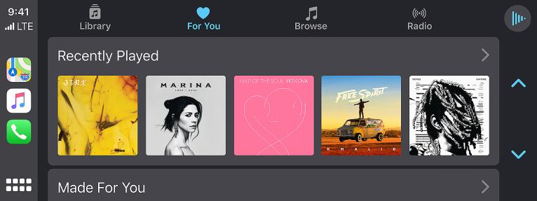 """""""CarPlay"""" ekranas, kuriame rodoma neseniai klausytų dainų grupė."""