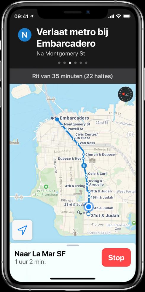 Een kaart met een ov-route door San Francisco. Een routekaart boven in het schermt toont de instructie om bij Embarcadero uit de trein te stappen.