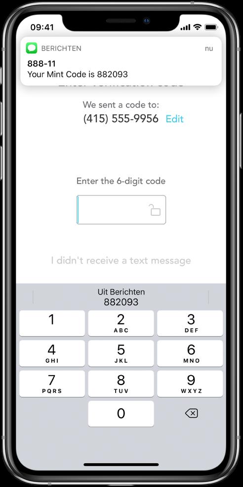 """Een iPhone-scherm van een app waarin om een zescijferige toegangscode wordt gevraagd. In het appscherm staat een bericht dat de code is verstuurd. Een melding van de Berichten-app verschijnt boven in het scherm met de tekst """"Your Mint Code is 882093."""" Onder in het scherm zie je het toetsenbord. Boven op het toetsenbord staan de tekens """"882093""""."""