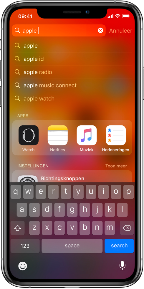 """Een scherm waarin te zien is dat er wordt gezocht op de iPhone. Bovenin zie je het zoekveld met de zoektekst """"apple"""" en daaronder staan de zoekresultaten voor de doeltekst."""