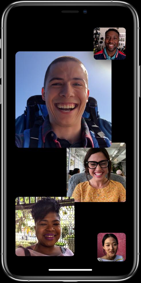 Een groepsgesprek in FaceTime met vier deelnemers, waaronder de persoon die het gesprek heeft gestart. Elke deelnemer verschijnt in een aparte tegel, waarbij de grootte van de tegel aangeeft hoe actief de deelnemer is.