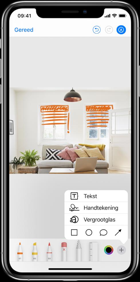 Een foto wordt met oranje lijnen gemarkeerd om jaloezieën op ramen aan te geven. Het tekengereedschap en de kleurenkiezer verschijnen onder in het scherm. Rechtsonderin is een menu te zien met opties om tekst, een handtekening, een vergrootglas en vormen toe te voegen.