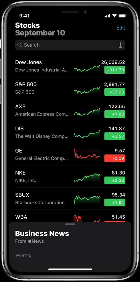 """Uma lista de ações com diferentes ações. Cada ação na lista mostra, da esquerda para a direita, o símbolo da ação e um nome, um gráfico de desempenho, o preço e a variação do preço. Na parte superior do ecrã, por cima da lista de ações, está o campo de pesquisa. Por baixo da lista de ações encontra-se a secção """"Notícias financeiras"""". Passe o dedo para baixo em """"Notícias financeiras"""" para ver artigos."""