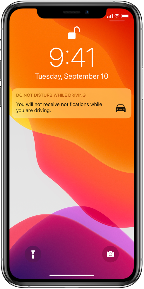 Обавештење функције Do Not Disturb While Driving на Lock екрану.