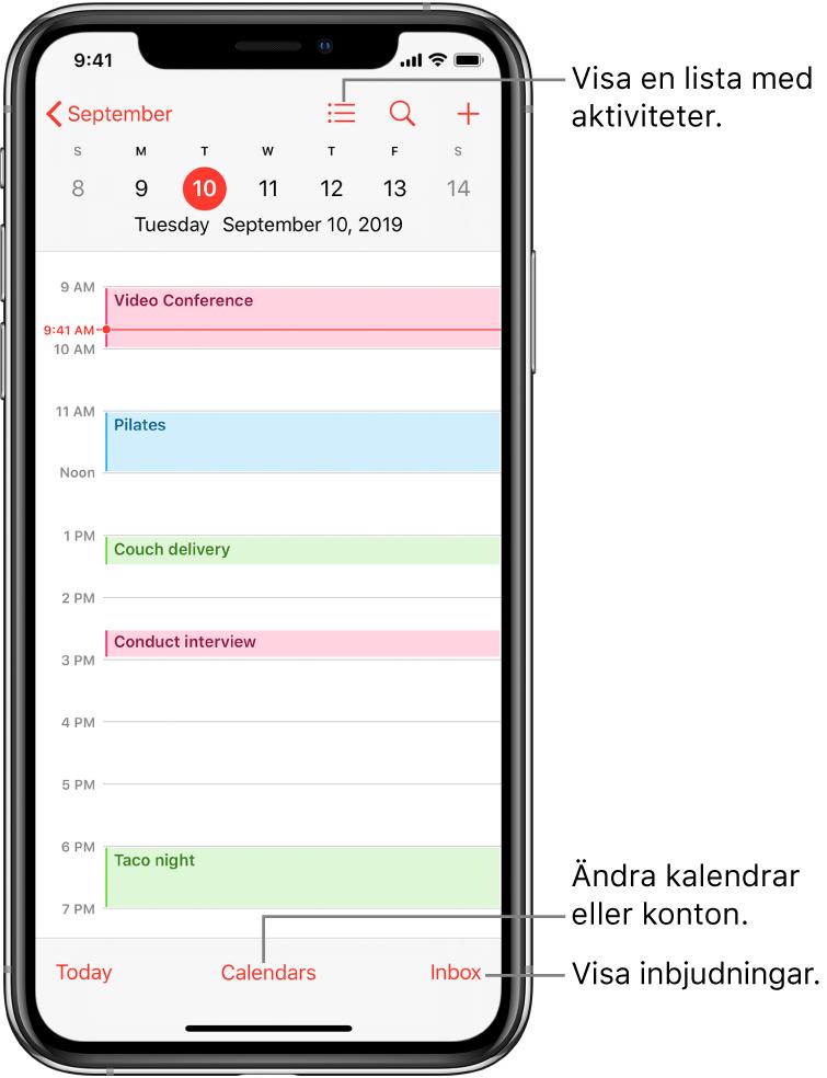 En kalender som visar dagsvyn och dagens aktiviteter. Tryck på kalenderknappen längst ned på skärmen om du vill byta kalenderkonto. Visa inbjudningar genom att trycka på inkorgsknappen längst ned till höger.