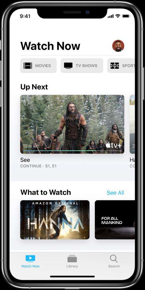 Екран «Дивитися зараз» із кнопками «Фільми», «Телешоу» та «Спорт» у верхньому рядку. Рядок «На черзі» розташовано в центрі над рядком «Що подивитися». Унизу зліва направо розміщено вкладки «Дивитися зараз», «Медіатека» та «Пошук».