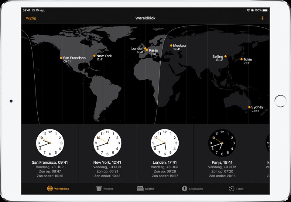 Op het tabblad 'Wereldklok' zie je hoe laat het in allerlei steden is. Tik op 'Wijzig' linksbovenin om de volgorde van de klokken te bepalen. Tik op de toevoegknop rechtsbovenin om klokken toe te voegen. Onderin zie je de knoppen 'Wekker', 'Bedtijd', 'Stopwatch' en 'Timer'.