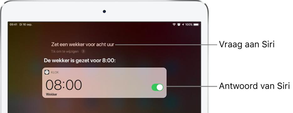 """Het Siri-scherm met de vraag aan Siri: """"Zet een wekker voor acht uur 's ochtends"""" en het antwoord van Siri: """"De wekker is gezet voor 8:00 uur."""" Een melding van de Klok-app geeft aan dat er een wekker is ingesteld voor acht uur 'sochtends."""