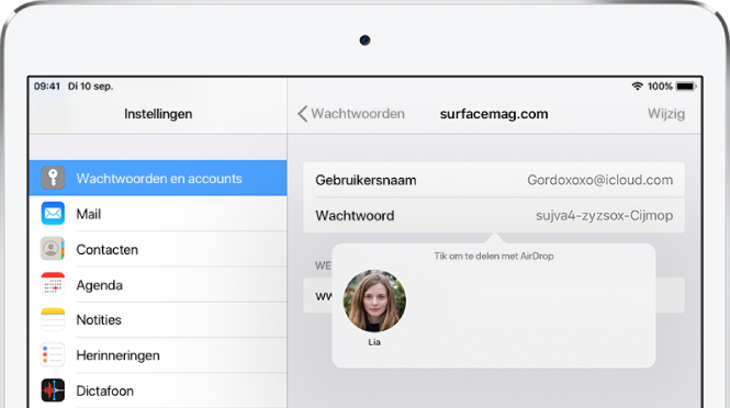 """Het scherm 'Wachtwoorden en accounts' voor een website. Onder het wachtwoordveld zie je een knop met een afbeelding van Lia onder de instructie """"Tik om te delen met AirDrop""""."""