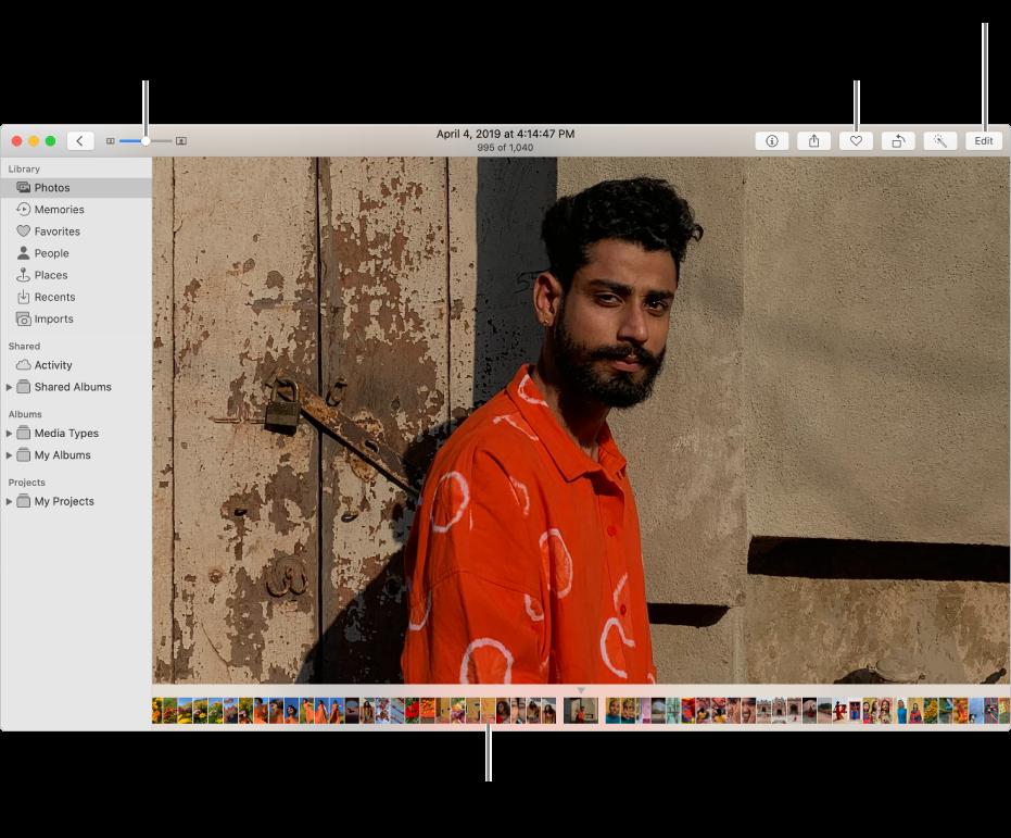La ventana de Fotos mostrando una foto agrandada a la derecha, con una fila de miniaturas debajo. La barra de herramientas en la parte superior incluye el regulador Zoom, el botón Favoritos y el botón Editar.