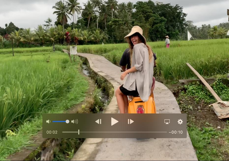 Un clip vidéo avec les commandes de lecture en bas.