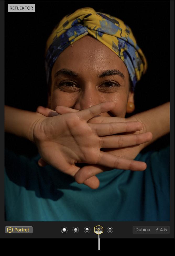 Portretna fotografija s osvjetljenjem reflektora koje stvara crnu pozadinu.
